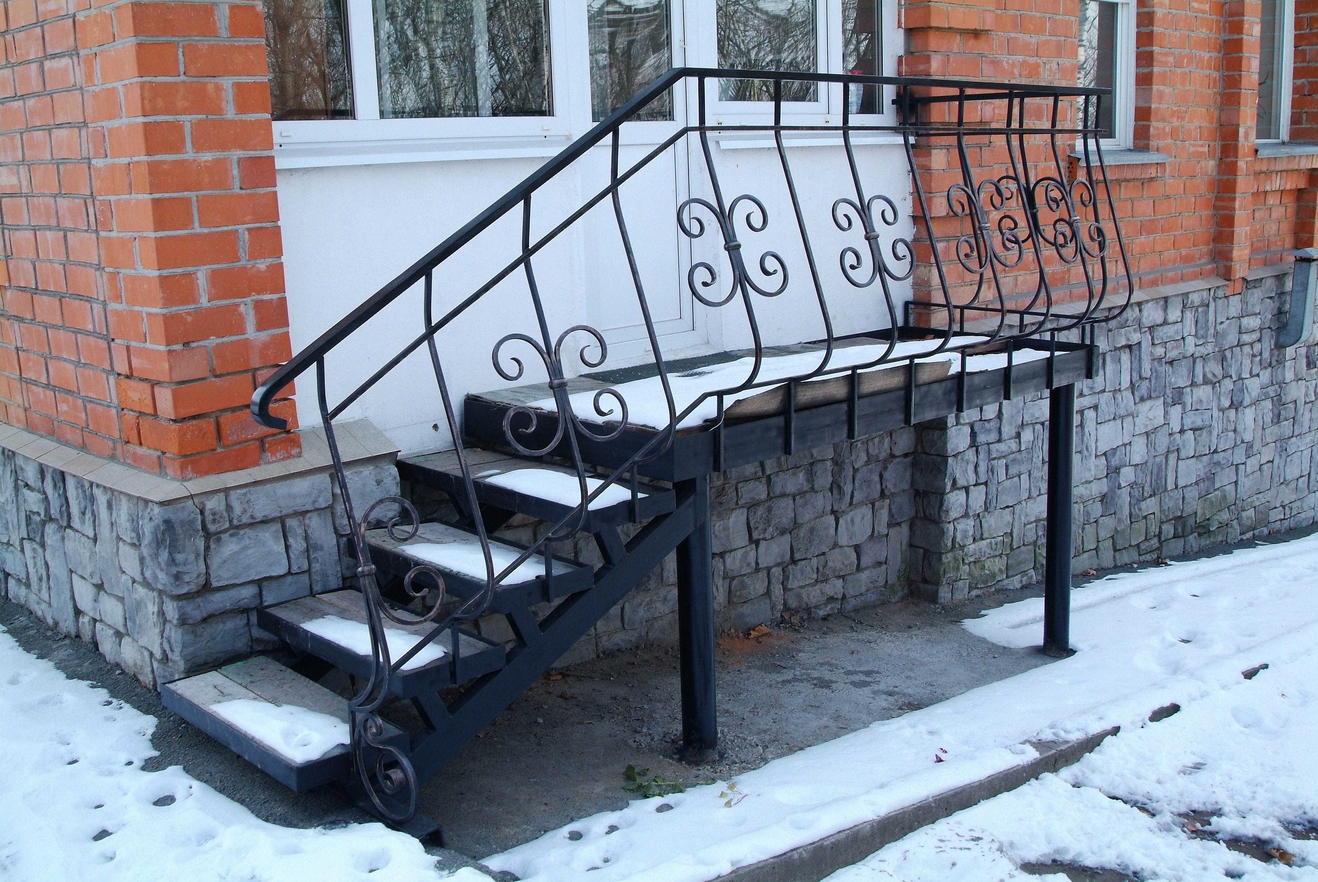стальная лестница с двумя косоурами и крыльцо, Владивосток