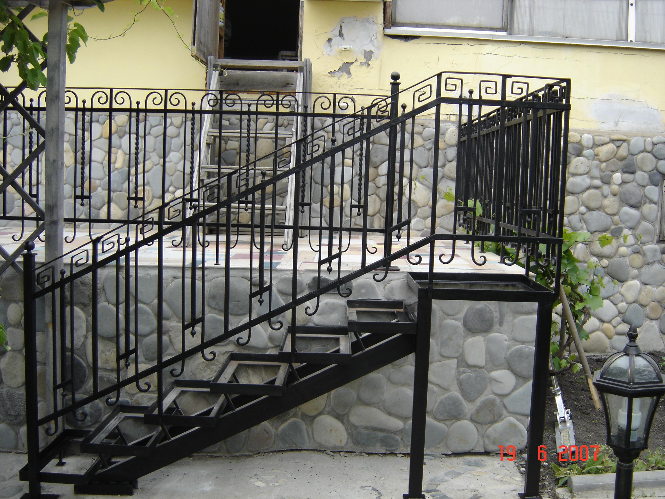 стальная лестница с двумя косоурами и кованым ограждением, Владивосток
