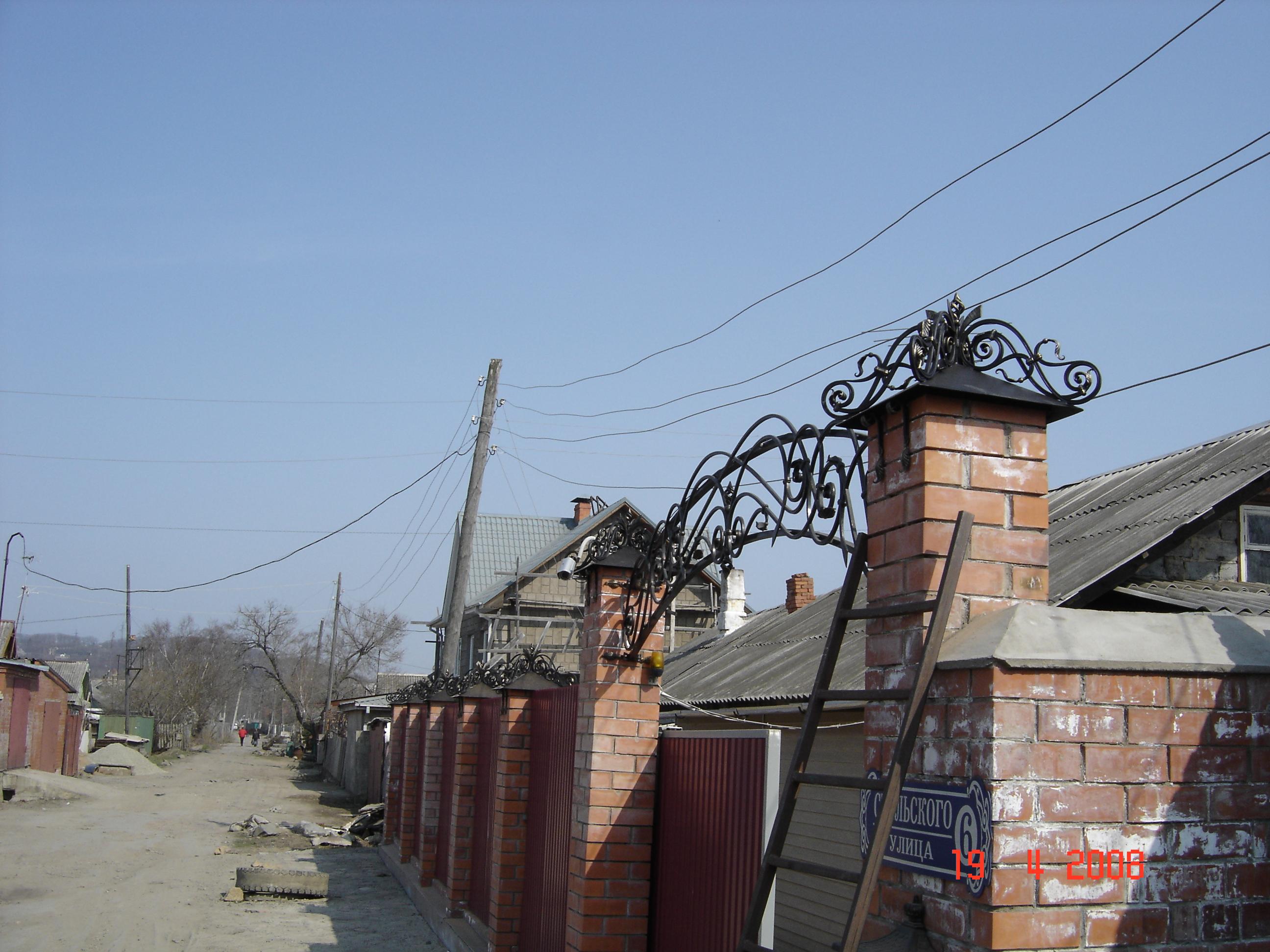 кованые навершия столбов, кованая арка ворот, художественная ковка,  Владивосток