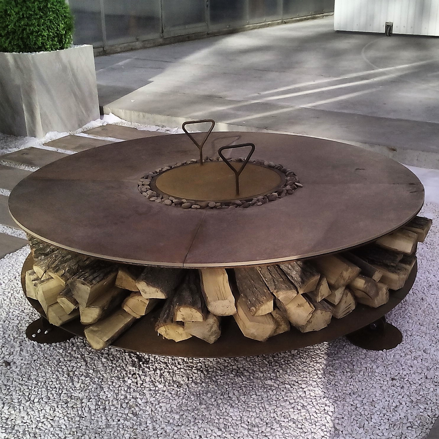 уличный камин, кованые кухонные принадлежности