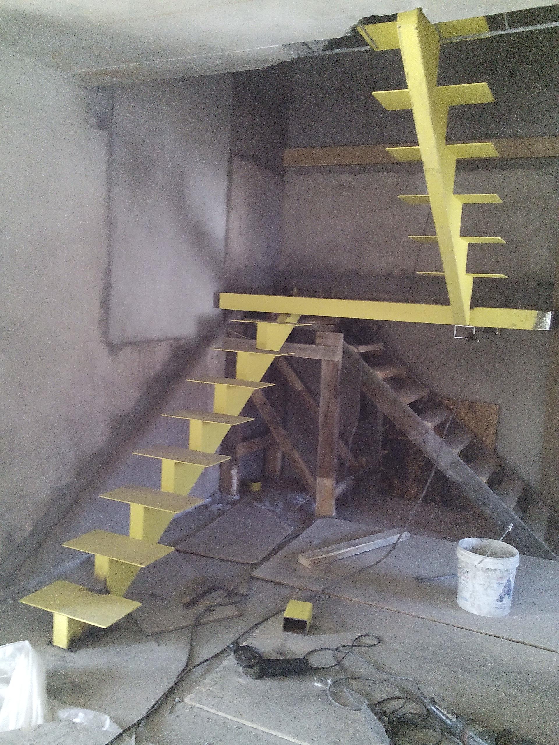 лестница стальная. лестница на одном косоуре с промежуточной площадкой. металлическая лестница. стальная лестница с центральным косоуром. изготовление лестниц. стальные лестницы на заказ. сварные лестницы. лестница из профильной трубы. лестница с промежуточной площадкой. художественная ковка. лестницы во владивостоке