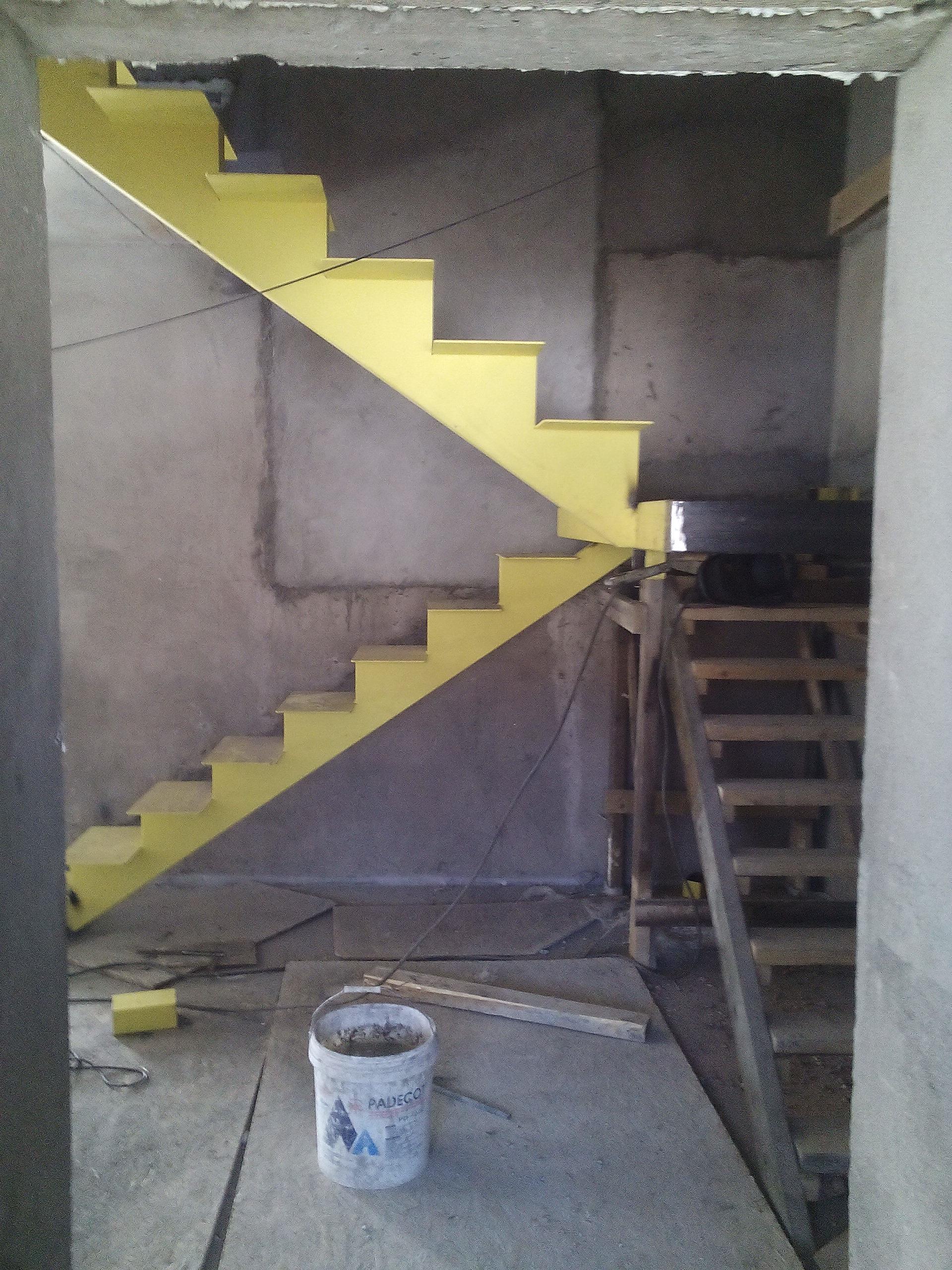 лестница стальная.лестница на одном косоуре с промежуточной площадкой. лестницы во владивостоке. металлическая лестница. стальная лестница с центральным косоуром. изготовление лестниц. стальные лестницы на заказ. сварные лестницы. лестница из профильной трубы. лестница с промежуточной площадкой.