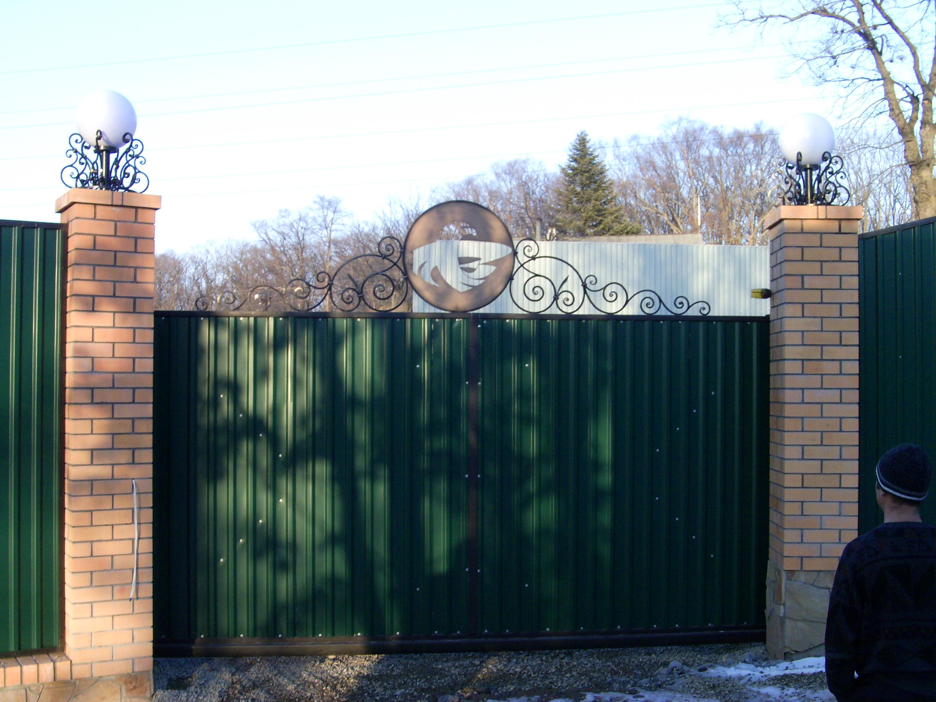 кованое навершие консольных ворот, кованые фонари, художественная ковка, Владивосток