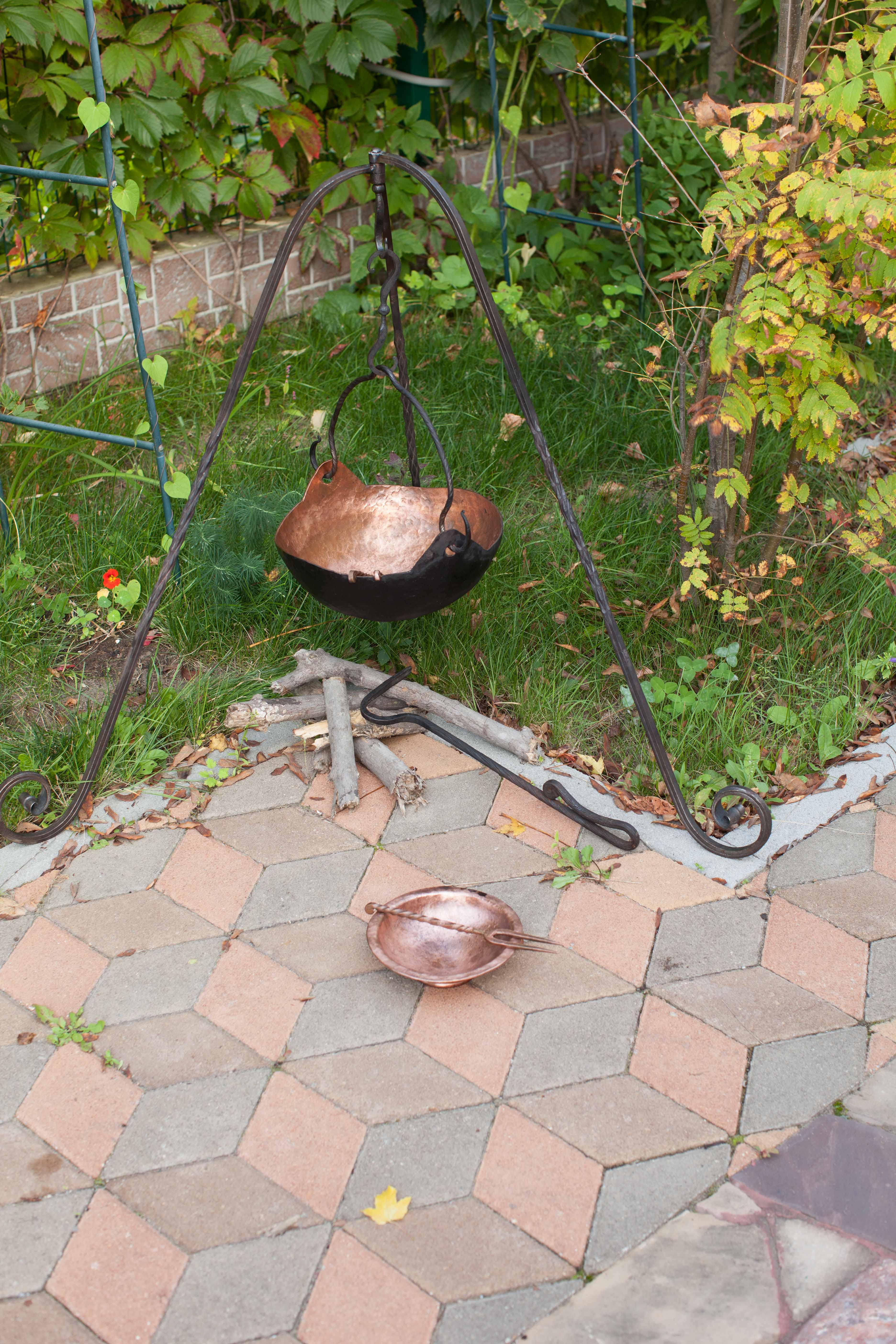 кованый таганок, медный котёл с крышкой,кованая посуда. ковка Владивосток